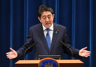 Prime Minister Shinzo Abe explains his plan to dissolve the House of Representatives at the outset of the upcoming extraordinary session of the Diet at a press conference on Sept. 25, 2017. (Mainichi)
