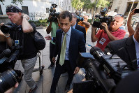 9月25日、米ニューヨーク・マンハッタンの連邦裁判所は、15歳の少女に性的なメッセージなどを送る「セクスティング」を行った罪で、アンソニー・ウィーナー元下院議員(中央)に禁固1年9月の判決を言い渡した(2017年 ロイター/LUCAS JACKSON)