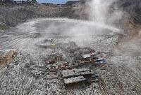 3年を経ても、噴火の爪痕がはっきりと残る御嶽山。山頂(中央)に建っていた御嶽神社の奥宮は既に解体され、御岳頂上山荘の建物(右)の解体も進んでいる。奥は一ノ池=長野県木曽町で2017年9月25日午後2時19分、本社ヘリから手塚耕一郎撮影