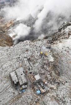 御嶽山山頂の南側斜面(上)からは、噴煙が立ちのぼっている=長野県木曽町で2017年9月25日午後2時23分、本社ヘリから手塚耕一郎撮影