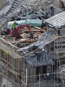 御嶽山の山頂直下に建つ御嶽頂上山荘では、重機を使って建物の解体が進められていた=長野県木曽町で2017年9月25日午後2時43分、本社ヘリから手塚耕一郎撮影