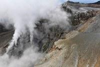 御嶽山の南側斜面からは、今も噴煙が立ちのぼっている=長野県木曽町と王滝村の境界付近で2017年9月25日午後2時22分、本社ヘリから手塚耕一郎撮影