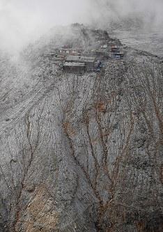 3年を経ても、噴火の爪痕がはっきりと残る御嶽山。山頂周辺は降り積もった火山灰でいまだに白っぽく変色している=長野県木曽町で2017年9月25日午後2時39分、本社ヘリから手塚耕一郎撮影