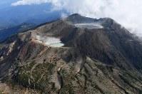 噴火から3年を迎えた御嶽山。中央奥は多くの犠牲者が生じた山頂の剣ケ峰=長野・岐阜両県境付近で2017年9月25日午後2時48分、本社ヘリから手塚耕一郎撮影