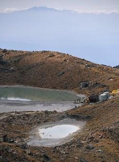 噴火から3年を迎えた御嶽山。二ノ池(奥)の近くには、別の小さな池(手前)ができている=長野県木曽町で2017年9月25日午後2時13分、本社ヘリから手塚耕一郎撮影