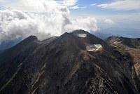 噴火から3年を迎えた御嶽山=長野県木曽町で2017年9月25日午後2時49分、本社ヘリから手塚耕一郎撮影
