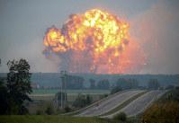 炎が上がるウクライナ軍の弾薬庫=ウクライナ西部カリニフカで27日、ロイター