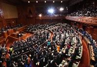衆議院が本会議で解散され、万歳する議員たち。奥の空席は欠席した民進党などの議員席=国会内で28日、川田雅浩撮影