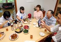 同級生と一緒に祖父母の細杉朝雄さん(右から2人目)と今朝代さん(同3人目)の家を訪れたくるみさん(同4人目)=福島県飯舘村で、喜屋武真之介撮影