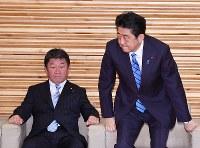 閣議に臨む安倍晋三首相(右)。左は茂木俊充経済再生担当相=首相官邸で2017年9月28日午前9時32分、川田雅浩撮影