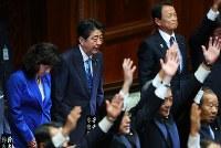 衆議院が解散され、議員たちが万歳する中、一礼する安倍晋三首相(左から2人目)=国会内で2017年9月28日午後0時4分、小川昌宏撮影