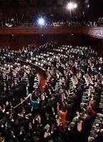 衆議院が解散し、万歳する議員たち。奥の空席は欠席した民進党らの議員席=国会内で2017年9月28日午後0時4分、川田雅浩撮影