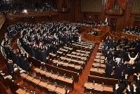 衆院本会議で民進党議員らが欠席(手前)する中、大島理森議長(右奥)が解散を宣言し、万歳三唱する議員ら=国会内で2017年9月28日午後0時3分、中村藍撮影