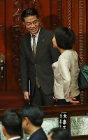 衆議院が解散され、笑顔で議場を後にする若狭勝衆院議員(左)=国会内で2017年9月28日午後0時5分、小川昌宏撮影