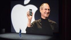 アップルの新製品発表会で、背景に映し出された創業者のスティーブ・ジョブズ氏=米西部カリフォルニア州で2017年9月12日、清水憲司撮影