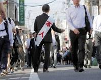 衆院解散から一夜明け、通勤する人たちに街頭でチラシを配る立候補予定者=千葉市で29日午前7時20分、和田大典撮影