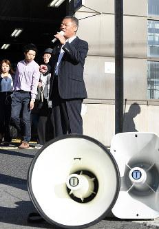 街頭に立ち有権者に支持を訴える日本維新の会幹事長の馬場伸幸氏=大阪府堺市西区で2017年9月29日午前7時44分、大西岳彦撮影