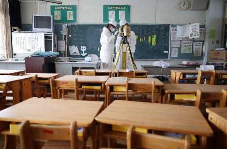 大熊町立大野小学校の教室を3D撮影する測量士ら=福島県大熊町で2017年9月22日、宮武祐希撮影