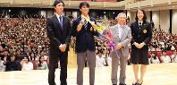 会場に報告した後、メダルを手に記念撮影をする多田修平選手(左から2人目)=兵庫県西宮市上ケ原一番町の関西学院大学西宮上ケ原キャンパスで、大笹久光撮影