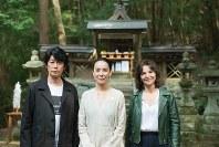 主演のジュリエット・ビノシュさん(右)、永瀬正敏さん(左)と=河瀬直美さん提供