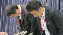 記者会見で謝罪する日産自動車の浜口貞行 グローバルコミュニケーション本部ジャパンコミュニケーション部長(右)と杠(ゆずりは)直樹 企画・監理部エキスパートリーダー=2017年9月29日、石山絵歩撮影