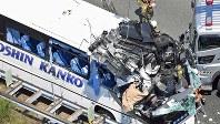 中央線を飛び越えた乗用車が対向車線の観光バスに衝突した事故。乗用車の運転手は亡くなった=愛知県新城市で2017年6月10日
