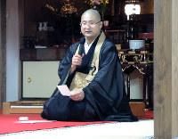 「音楽夜会」を進行する小坂興道さん=京都市右京区の長慶院で、玉木達也撮影