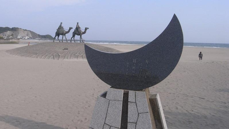 御宿海岸に建つ「月の沙漠」記念像=2008年9月、森村潘撮影