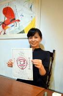 「おとなの学校」の各回ごとのポスターに先生の似顔絵を描き続ける末永三樹さん=岐阜市神田町で