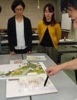 津波伝承施設のパース(手前)をもとに展示内容を話し合う委員会メンバー=釜石市役所で