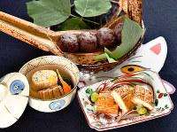 きょうの噺「高倉狐」をお題にした料理。化かしかば焼き(手前右)、信太巻き(手前左)、ぼた餅(奥)=川平愛撮影