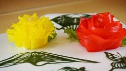 「菊」(左)と「牡丹」(右)(各1000円税別、以下同)の花をかたどった細工ずし