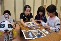 上野動物園から届いた「パンダねぷた」の礼状を読む児童たち=弘前市で2017年10月2日、藤田晴雄撮影