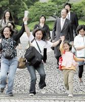 婚外子国籍確認訴訟の最高裁判決を受け、笑顔をみせるフィリピン人母とその子どもたち=東京都千代田区の最高裁前で2008年6月4日、佐々木順一撮影