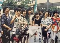 芦屋駅前でVサインをする小池百合子さん=1992年7月18日、山田哲也さん撮影