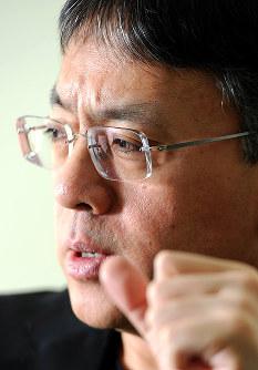 インタビューに答える作家のカズオ・イシグロさん=東京都港区で2011年1月25日、久保玲撮影