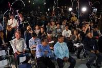 カズオ・イシグロさんのノーベル文学賞受賞の知らせを聞き、クラッカーをならす村上春樹さんのファンら=東京都渋谷区で2017年10月5日午後8時3分、小川昌宏撮影