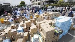 熊本地震を受けて役場に集まった支援物資。特に水は重要だ=熊本県益城町で2016年4月16日