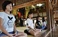 初めて座禅を組む宮津小の4年生。「静かな気持ちになった」と話していた=京都府宮津市喜多の盛林寺で、安部拓輝撮影