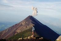 噴煙を上げるフエゴ火山=グアテマラで、吉田正仁さん撮影