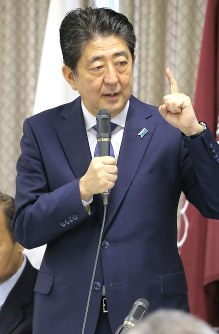 Prime Minister Shinzo Abe speaks during a Liberal Democratic Party meeting on Sept. 30, 2017. (Mainichi)