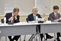 From left, Nuclear Regulation Authority Chairman Toyoshi Fuketa, and commissioners Satoru Tanaka and Nobuhiko Ban are seen at a meeting in Tokyo on Oct. 4, 2017, on screening the No. 6 and No. 7 reactors at the Kashiwazaki-Kariwa Nuclear Power Plant. (Mainichi)