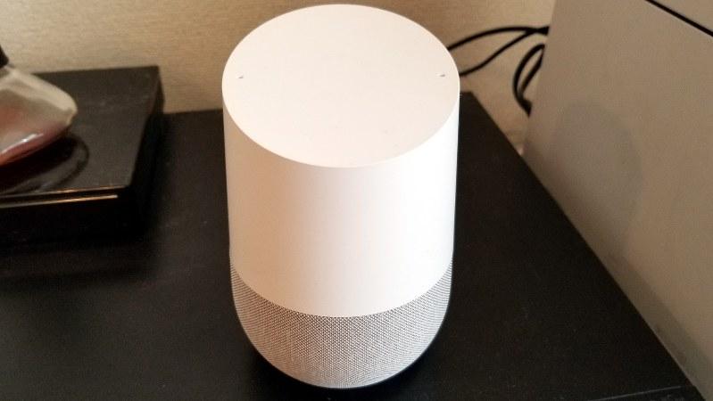 グーグルホームはコンパクトなためブルーレイレコーダーの上にも置ける