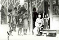 歌劇「夕鶴」の舞台。つう役(右端)は伊藤京子さん=撮影日不明、小田健也さん提供