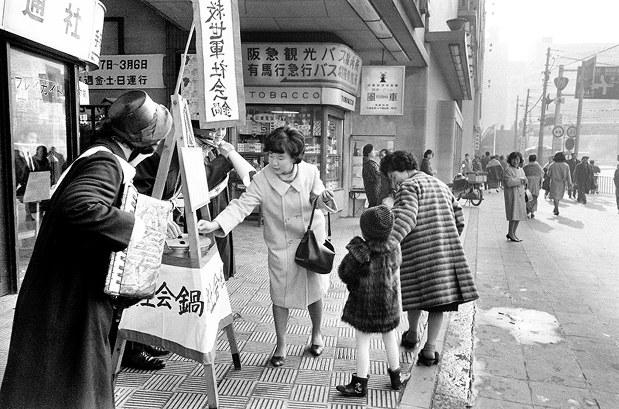 関西50年前:【1965年12月21日】年末に救世軍の社会鍋 ...