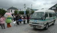 新しい地域公共交通として運行している宮城県大河原町のデマンドタクシー「さくらっきー号」=JR大河原駅前広場で2012年7月2日