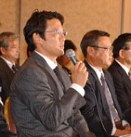 交渉が決裂し、スト決行の経緯を説明する古田選手会長(左)。その右が瀬戸山NPB選手関係委員長=小林努撮影