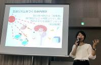 赤ちゃんの眠りのメカニズムについて話す清水悦子さん=東京都足立区で9月15日
