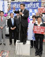 街頭演説をする立憲民主党の枝野幸男代表=大阪市都島区で2017年10月7日午後3時20分、大西岳彦撮影