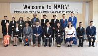 村井浩・奈良県副知事(前列中央)を表敬訪問したチリとミャンマーの青年たち=和歌山県庁で、大西咲子撮影